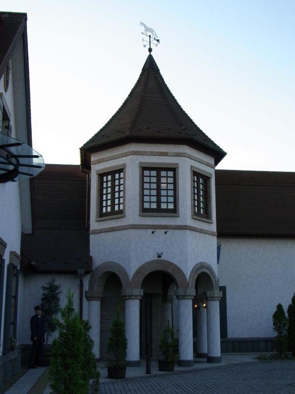 風見白馬と記念館入り口